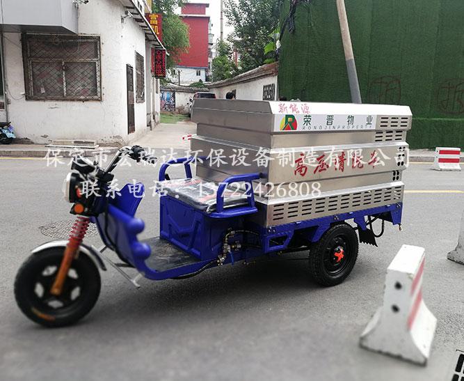 河南新乡街道办事处使用保定宏瑞达高压清洗车进行道路清洁