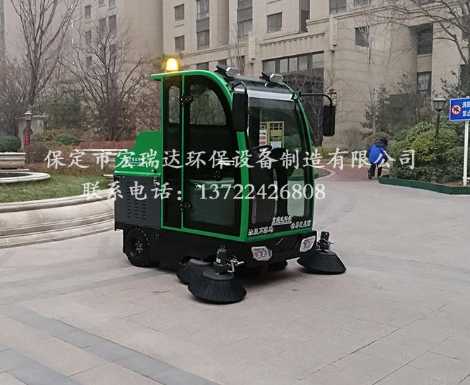 保定宏瑞达1900电动扫地车在辽宁营口小区上岗