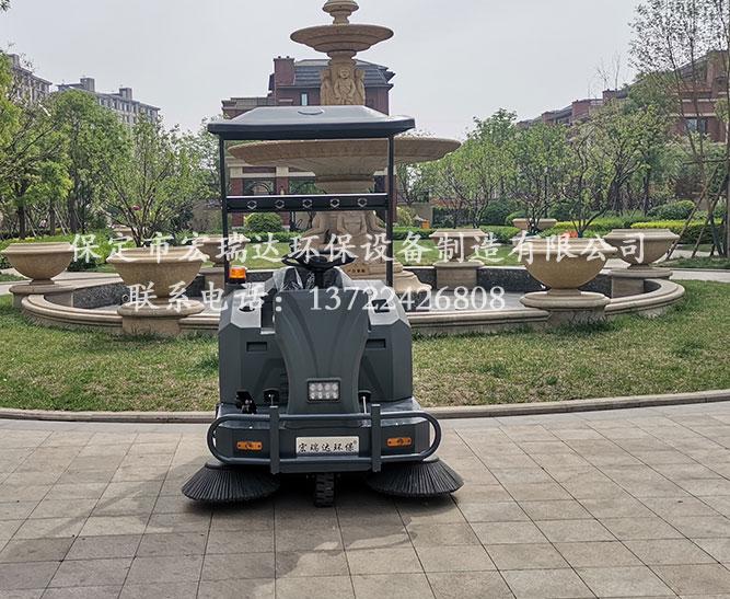 河南商丘小区使用保定宏瑞达电动扫地车进行小区路面清洁工作