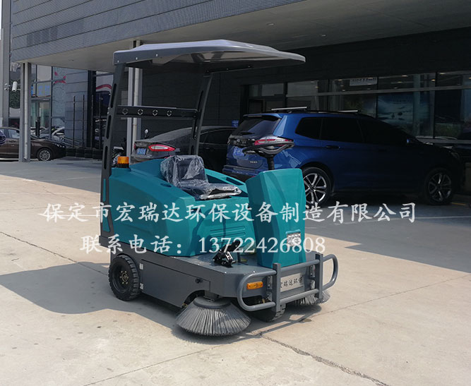 北京顺义4S店使用保定宏瑞达驾驶式清扫车进行清洁工作