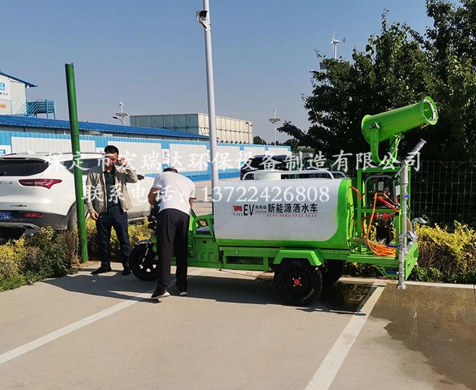 保定宏瑞达电动雾炮洒水车在秦皇岛景区建设工地上岗