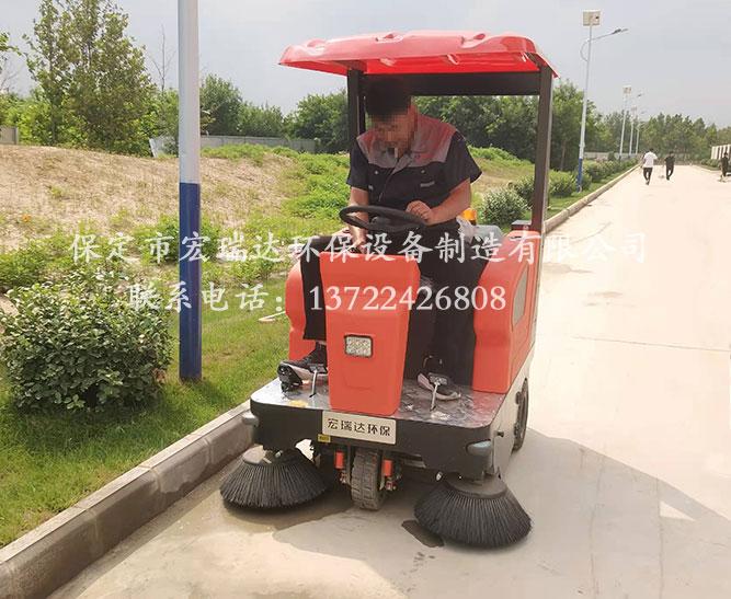 宏瑞达驾驶式扫地车在河南洛阳公园上岗